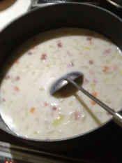 楽天が運営する楽天レシピ。ユーザーさんが投稿した「簡単にプロの味!時短具沢山クラムチャウダー!」のレシピページです。沢山作って次の日はスープスパにしたりショートパスタを入れたり☆本当に美味しい我が家の定番スープ!!。クラムチャウダー。玉ねぎ,じゃがいも,にんじん,ベーコン,あさりの水煮缶,小麦粉,牛乳,塩コショウ,水,バター