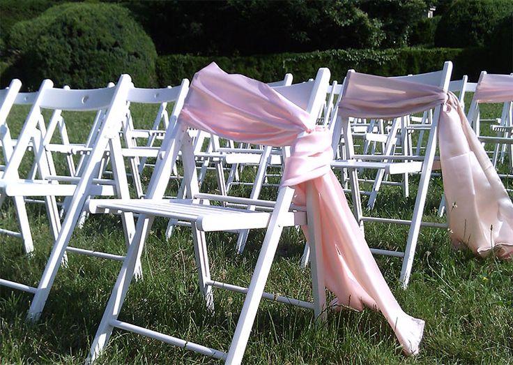 weiße Holzsessel für Trauung im Garten / Park