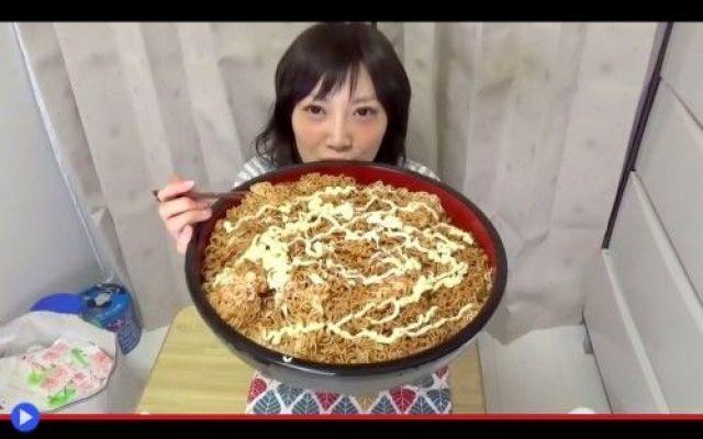 Nuovi pasti telematici dalle ragazze giapponesi Yuka, cosa hai messo sopra la tua tavola quest'oggi? Dieci scatole per 4 Kg di spaghettini in busta, quel prodotto essiccato che noi definiamo per antonomasia ramen ma che può in realtà essere costit #cibo #giappone #strano #ramen #bevande