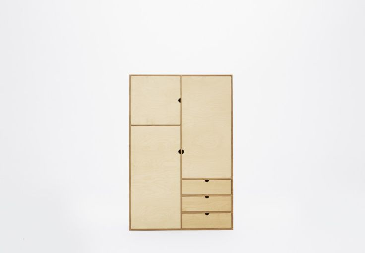 Szafa podzielona jest na kilka użytecznych przestrzeni: pion z trzema szufladami, trzy wnęki z regulowanymi pólkami zamknięte drzwiami oraz wysokiej przestrzeni z drążkiem na wieszaki. Może być uzupełniona o KUBBIK KB-031. Szafa jest dopełnieniem kolekcji szafek modułowych serii KUBBIK. wymiary: szerokość 100cm, wysokość 150cm głębokość 45cm