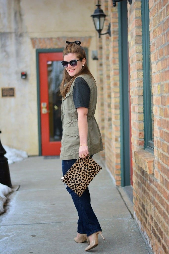 Building my empire t-shirt, hunter green vest, leopard clutch, LOFT skinny jeans, chicago blogger, Trendy Sparrow t-shirt