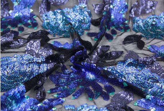 Tessuto di paillettes blu, Costume Abito tessuto, super tessuto paillettes di lusso  ❤❤Double colore: superficie del sequin è blu, la parte posteriore è argento. Quando si indossa su questo, lampeggerà sul retro argento / / blink, come movimento come lampeggiante, come stelle lampeggia nella notte ~ ~ davvero stupendo!! ❤❤  = = = MATERIALE = = =  Mix tessuto Mesh + paillettes  = = = MISURA = = =  Larghezza: 130cm/51 po...