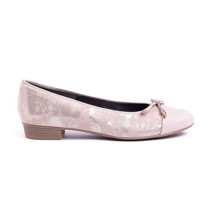 """Letisztult elegancia!! Az idei modellt a visszafogott vonalvezetés és a lekerekített sarokforma jellemzi, mely által a rózsaszínű BARI körömcipőnk könnyedebbé és nőiesebbé vált. Egy igazi klasszikus bebújós bőr cipő, mely abszolút trendinek számít """"Rosé"""" színváltozatával.    Jellemzők    Felsőrész bőr   Bélés bőr-textil   Sarokmagasság 20 mm   Szélesség F-keskeny   Szín rózsaszín   Talp légkamrás gumitalp"""