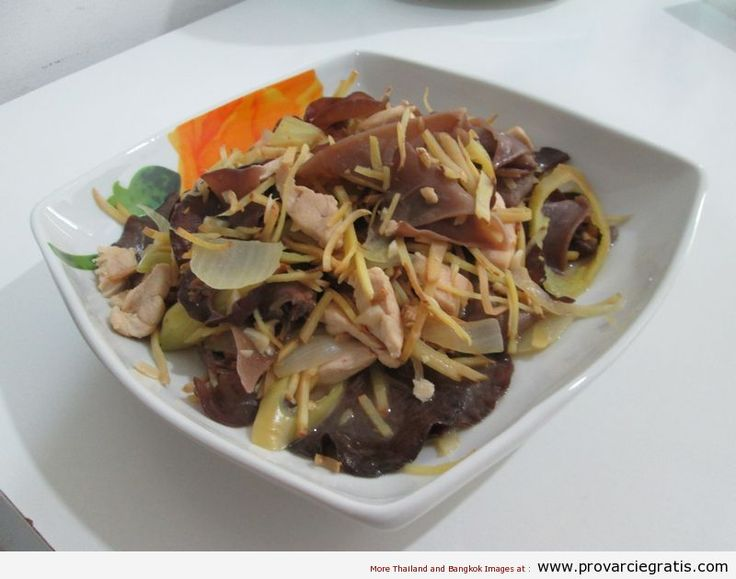 Ricetta Gai Pad Khing , ovvero pollo al ginger - http://www.provarciegratis.com/cucina-thailandese/ricette-cucina-thai/pollo-al-ginger/ - by  Pier Sottojox -  #cucinathai #piattithaiconilpollo #polloalginger #RicettaGaiPadKhing