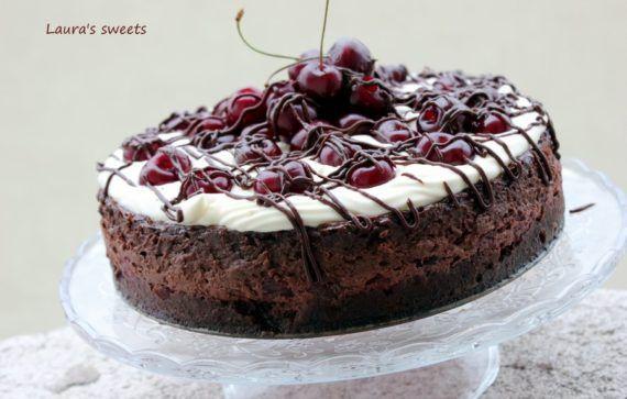 Pentru mine, cheesecake-ul este printre favorite. Imi place mult, il fac in diverse combinatii, plus ca se prepara relativ rapid in comparatie cu alte torturi sau prajituri. Ne putem juca cu ingredientele pentru crusta sau umplutura, dar in mod cert, trebuie sa aiba o […]