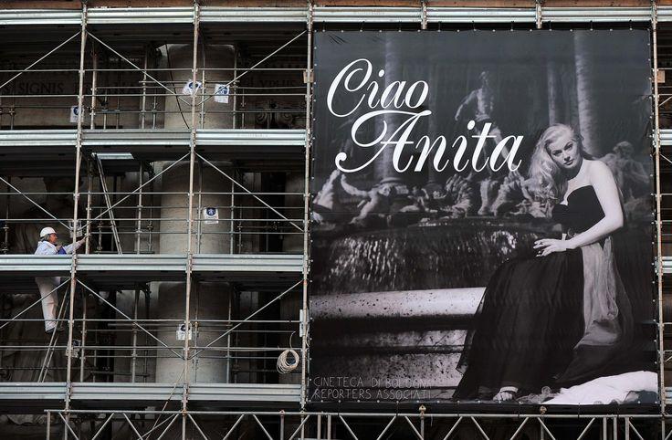 """Una foto meravigliosa e un messaggio semplice: """"Ciao Anita"""". Il Campidoglio ha voluto salutare con un'immagine al centro della Fontana di Trevi, Anita Ekberg, scomparsasabato scorso, all'età di 83 anni, a causa di una grave malattia. Roma rende omaggio a un'attrice icona e simbolo della Capitale con questa foto della Cineteca di Bologna-Reporters Associati, che ritrae la Ekberg seduta sulla Fontana in una pausa dalle riprese de """"La Dolce Vita"""". E di nuovo riecheggia, così, quella frase ..."""