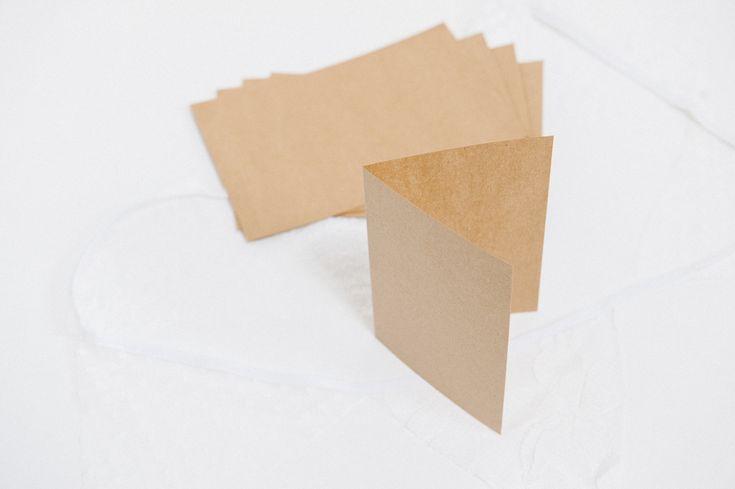 Die blanko Klappkarten sind ideal, um Eure Einladung oder die Danksagungskarten Eurer Hochzeit selbst zu gestalten. Das Material hat eine Papierstärke von283 g/m², ist glatt und weißt dentypischen Lookdes Naturpapiers auf. Super schön für eine ländliche, romantische Hochzeit! Das Set besteht aus 10 Karten. Sie werden plan geliefert, sind in der Mitte aber gerillt und …