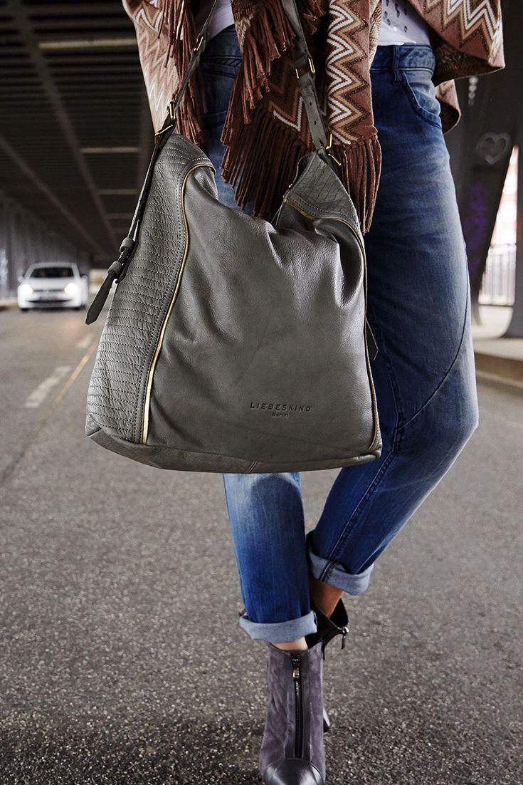 Noch auf der Suche nach der passenden Tasche für den Herbst? Der Liebeskind Shopper Elenor aus echtem Leder überzeugt durch sein trendiges Design und ergänzt mit seinem Teint perfekt das Herbst-Outfit jeder Frau.