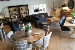 Okrągły stół na 6 osób z kompletem krzeseł tapicerowanych we wzór kraty. Idealne rozwiązanie do niewielkiego salonu czy jadalni. Okrągły stół pozwala na zaoszczędzenie przestrzeni.