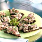 Haringtartaar op roggebrood - recept - okoko recepten