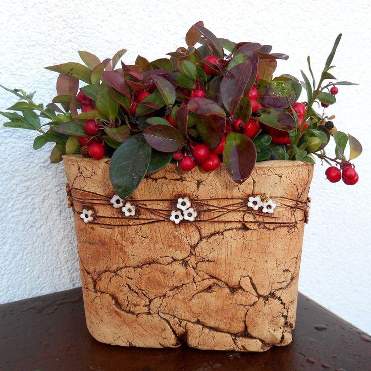 hranatý+květník+-+bílé+kytičky+-hranatý+květníkna+venkovní+použití,+uvnitř+glazován,+můžete+osázet+přímo+nebo+použít+jako+obal+na+květináč+-+šamotová+hlína+-výška+cca13+cm+(vnitřní+12),délka+strany+cca+16+cm(vnitřní15)++....zasílám+jako+křehké+zboží+