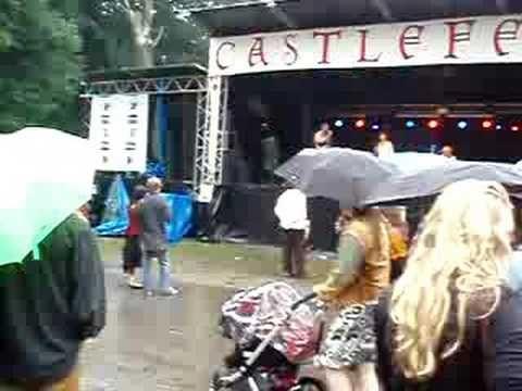 ▶ Malbrook, Dansen in regen op Castlefest