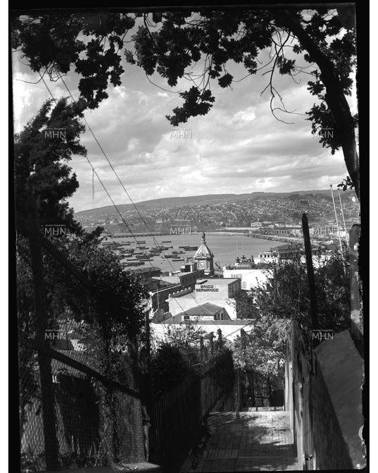 Vista de Valparaíso,  Año 1930                    Autor o Fotografo: Einar Altschwager               Fuente:  Fotografía Patrimonial  M.H.N.