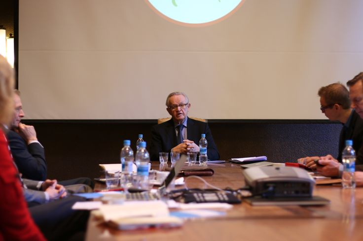 Martti Ahtisaari kertoo... ja kaikki kuuntelevat.