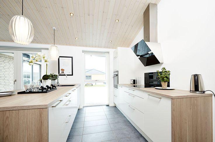 Duofarvet køkken i et af vores huse #huscompagniet #inspiration #indretning #husbyggeri #indretning #nybyg #husejer #nythus #typehus #køkken