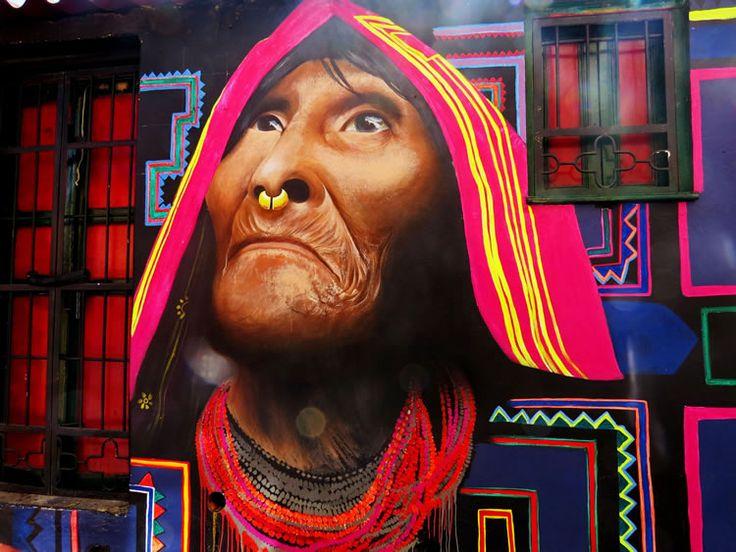 Indígena mirando hacia el cielo