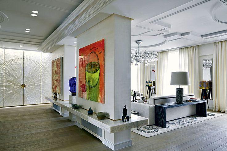 В коридоре взгляд привлекает дверь, отделанная натуральным селенитом (дизайн С.Кутас), иразномасштабные предметы искусства: панно Фабриса Гибера иЖозефа, скульптуры «Сплошной цвет жидкости» Эрика Леви и«Человек наскамейке» Марка Пети