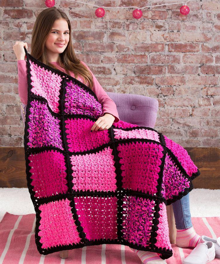Hemos elegido tres tonos de rosa para complacer a los amantes de ese color, unido con negro para lograr un efecto moderno y dramático. Claro que puede tejerse con cualquier color de la amplia gama...