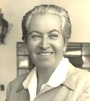 Gabriela Mistral, seudónimo de Lucila de María del Perpetuo Socorro Godoy Alcayaga (Vicuña, 7 de abril de 1889 – Nueva York, 10 de enero de 1957), fue una destacada poeta, diplomática, feminista y pedagoga chilena. Una de las principales figuras de la literatura chilena y continental, fue la primera latinoamericana premiada con el Nobel —ganó el Premio Nobel de Literatura en 1945.