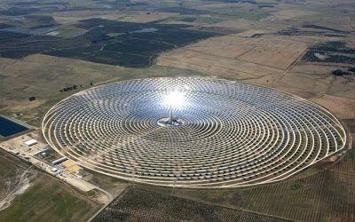 1ª usina solar no mundo a produzir energia + A nova usina heliostática Gemasolar não tem esse problema, graças a um barril de sal fundido que a faz funcionar por 15 horas no escuro.  Mais de 2.600 espelhos dispostos de forma concêntrica na instalação do Gemasolar, em Sevilla, na Espanha, concentram a energia solar, enviando-a para um barril central com nitrato de sódio e nitrato de potássio, que são fundidos