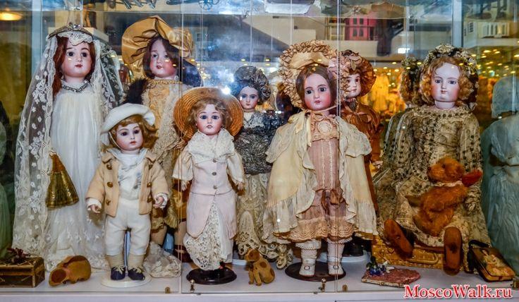В правом углу - кукла французского мастера Ф.Готье (70-80-е гг XIX в.). Особенностью кукол этого мастера является тело, сделанное из тонкой кожи - лайки и натуральные волосы. Это кукла из коллекции жены бывшего наркома просвещения А.Луначарского.