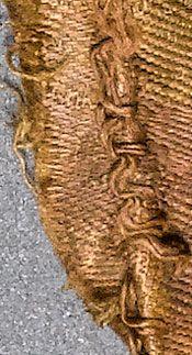 Tekstilteknologi i yngre jernalder og vikingetid. Som i tidligere perioder er størstedelen af tekstilerne fra yngre jernalder og vikingetid fremstillet i uld. Men i løbet af yngre germansk jernalder stiger andelen af gravfundne tekstiler fremstillet i plantefibre dramatisk, og i vikingetiden er over 40% af alle tekstiler fremstillet af plantefibre. Silke er et nyt materiale, der bliver introduceret til Skandinavien i vikingetiden. De fleste silkestoffer kom til Skandinavien som hele…