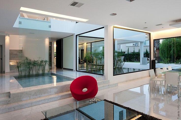 El marmol de carrara es sinónimo de elegancia. Al igual que el porcelanato, es poco poroso. Así que si lo eligen para un baño, tomen los recaudos necesarios para evitar accidentes.