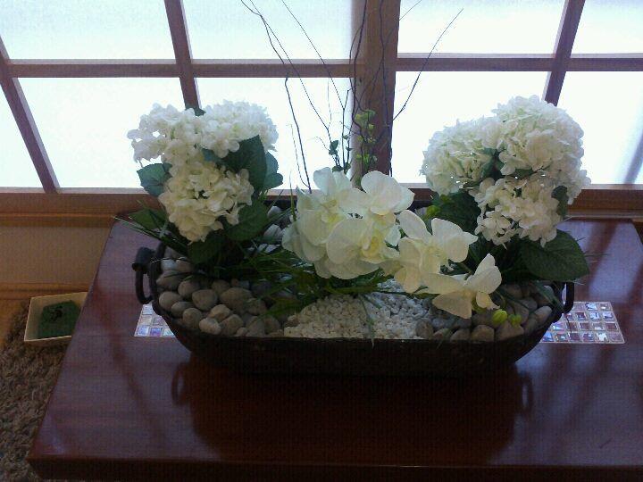Jardineras florales artificiales. Tienes un recipiente y deseas que diseñemos hay un arreglo, con gusto lo hacemos.  Contactanos.