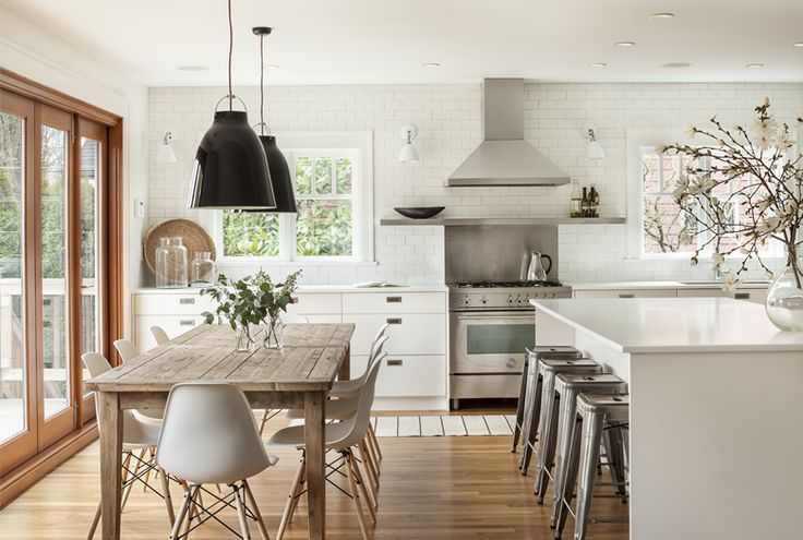 pretty much sums up all i love in a kitchen : light, white, wood, great combination between vintage touches and a modern feel.
