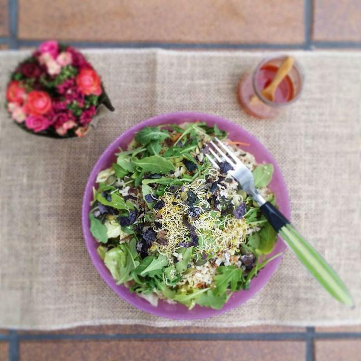 Hoy ensalada de arroz integral y quinoa con rúcula semillas de cáñamo y algas. Aliño a base de aove sal marina y vinagre umeboshi  #comesano #nohagasdieta