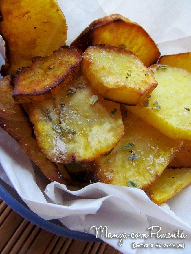 Chips de Batata Doce {Receita Vintage}, um petisco maravilhoso para ser servido aos amigos com uma bebida bem gelada. Clique na imagem para ver a receita no Manga com Pimenta.