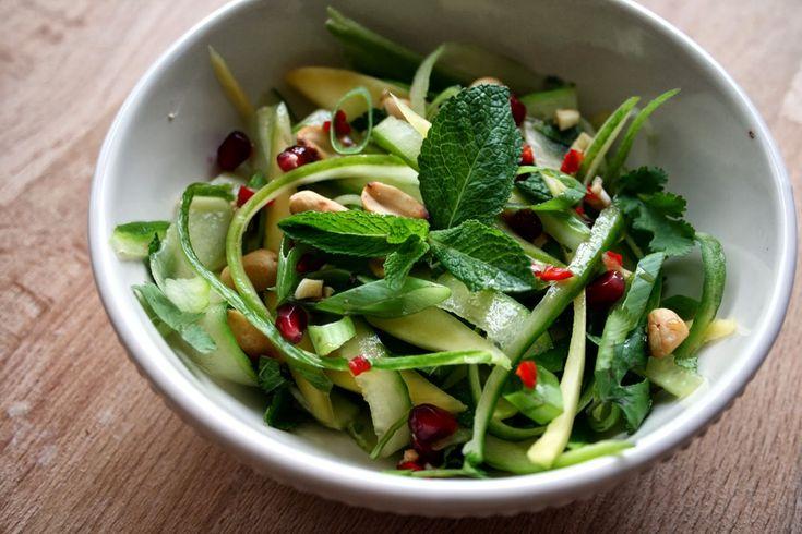Alweer een tijdje geleden deed ik een oproep voor de nieuwe rubriek test het recept.Afgelopen weekend kreeg ik een aantal recepten via de mail opgestuurd. Één van deze recepten was een groene papaya en granaatappelsalade met chili en limoendressing. De salade is geïnspireerd op de lichte, gezonde, olievrije salades uit Thailand. En dat komt goed uit! Mijn laatste recepten waren namelijk verreweg van licht, gezond en olievrij. Daarnaast ga ik van de zomer naar Thailand. Dit recept slaat dus…