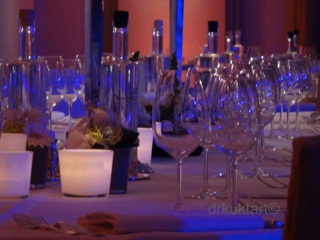 Lovely structure of bottles and glasses.  http://drkuktart.blog.hu/2014/06/30/belga_alomeskuvo_belgian_dream_wedding