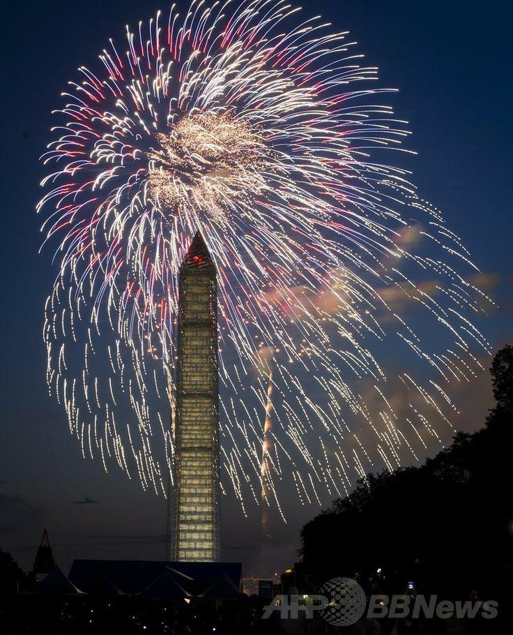 米首都ワシントンD.C.(Washington D.C.)で、ワシントン記念塔(Washington Monument)の背後に打ち上げられる「独立記念日」の花火(2013年7月4日撮影)。(c)AFP/MLADEN ANTONOV ▼12May2014AFP 米ワシントン記念塔、3年ぶり公開へ 地震で損傷 http://www.afpbb.com/articles/-/3014651 #Washington_Monument