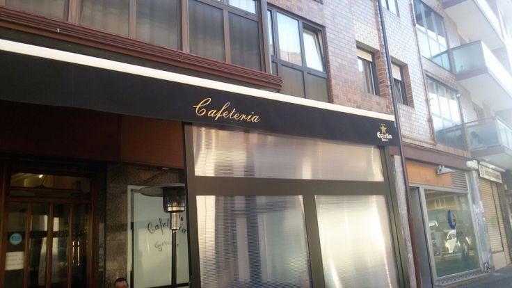 """Esta falta ortográfica la encontré en una cafetería de Sopela. A la palabra """"cafeteria"""" le falta la tilde en la """"i"""" ya que contiene un hiato en las vocales """"ia"""", por lo que lleva tilde."""