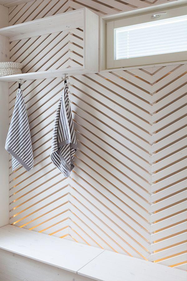 Katseet vangitsevan pukuhuoneen paneelit on maaluttu valkoisella Supi Saunavahalla ja seinät Harmony-sisustusmaalilla, sävy F458