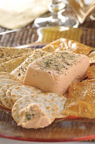Saborea el delicado y suave sabor del mousse de chipotle y acompáñalo con unas galletas saladas, palitos de queso o algún tipo de pan para untar.