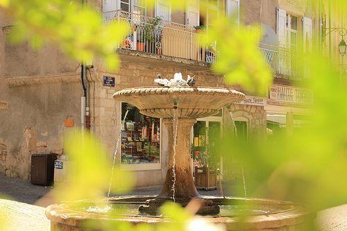 Une commune assez proche du Domaine de la Sablière. Un charme certain avec la Fontaine, place du Marché, Les Vans, Ardeche - France