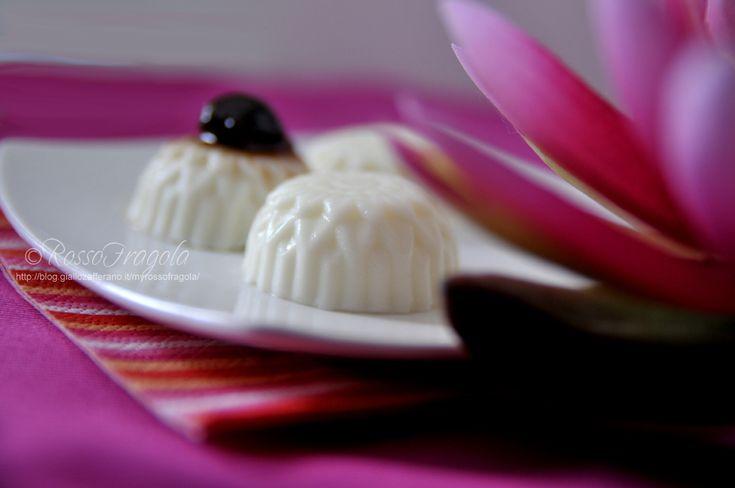 Panna cotta alla vaniglia e amarene - Rosso Fragola http://blog.giallozafferano.it/myrossofragola/panna-cotta-alla-vaniglia-e-amarene/