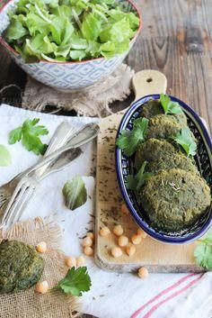 Falafels aux herbes - Ingrédients : 200 g de pois-chiches secs, 1 oignon, 1 gousse d'ail, 1 bouquet de persil, 300 g d'épinards frais...