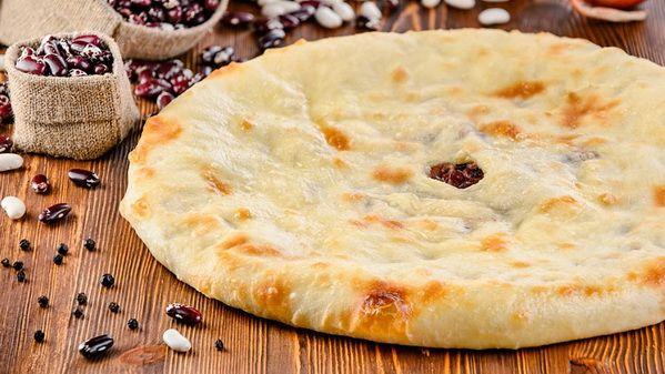 Осетинский пирог с фасолью – ароматная и питательная фасоль, ну кто ее не любит. А тут еще все это уложили в тончайшее тесто и запекли до хрустящей корочки. Пирог просто тает во рту.  Состав: фасоль, специи.  Вес: 1000 г  #осетинскиепироги #пирогсфасолью #осетинскийпирогсфасолью #пирогор