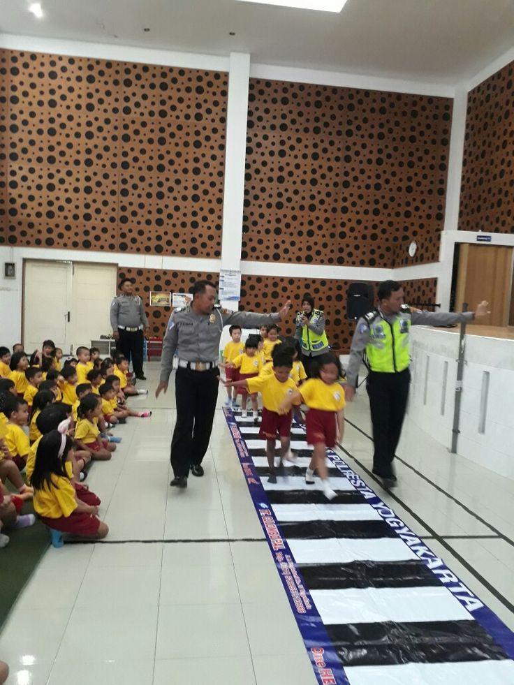 Polisi sahabat anak Policemen goes 2 school