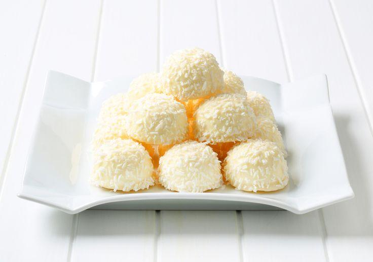 Ricetta dei bon bon al cocco - una ricetta semplice e molto veloce per realizzare un dessert goloso e non sprecone con gli avanzi dei biscotti sbriciolati.