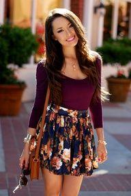saia curta estampada com tons rosa, branco, preto e blusa de mangas cor vinho