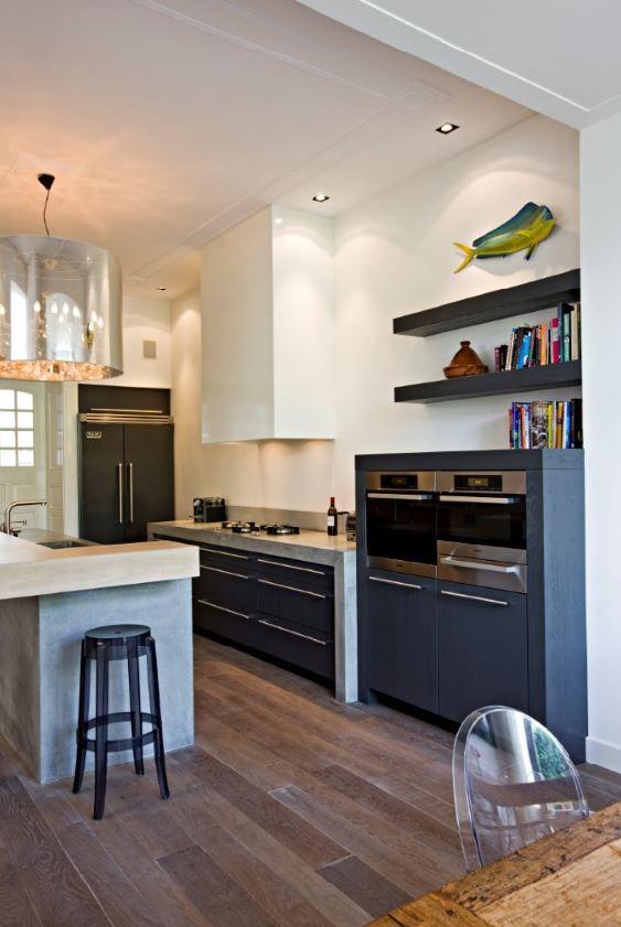 Landelijk moderne keuken met Pitt Cooking kookplaat verwerkt in ter plaatse gegoten betonnen werkbladen. The Living Kitchen B.V. by Paul van de Kooi