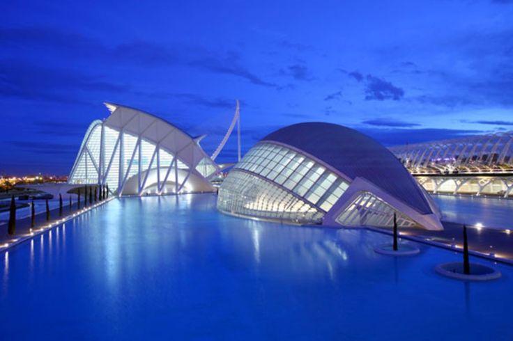 Doen Alleen al voor de spectaculaire architecteur is een bezoekje aan het Ciudad de Las Artes Y Las Ciencias (De Stad van Kunst en Wetenschap) een must. De 'stad' bestaat uit maar liefst vijf gebouwen, waaronder het grootste aquarium van Europa en een interactief natuurwetenschap-museum.