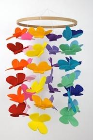 Dag 103 Er zijn van die dagen dat je wel wat kleur kan gebruiken. Als je  kijkt naar deze vlinder mobiel wordt het gewoon een stukje gezelliger. Gevonden op het web maar natuurlijk zelf te maken. Neem een houten ring en knip uit verschillende kleuren vilt mooie vlinders. In dit voorbeeld zijn steeds 2 kleuren per reeks gebruikt. Dit geeft rust in het geheel. Maak zo 6 kleurreeksen en bevestig deze aan de ring. Geef de mobiel een mooi plaatsje bv in een kinderkamer of boven een lentetafel.