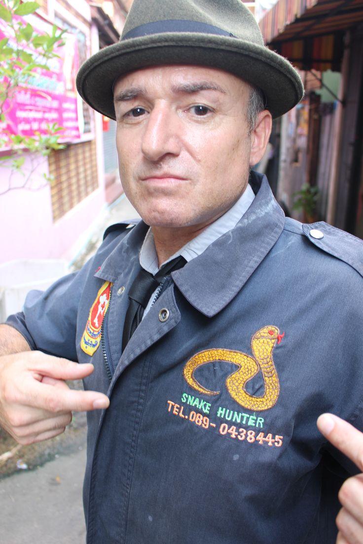 Bruno joue à l'attrapeur de serpents en Thaïlande