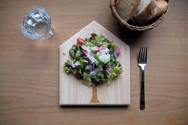 つくることと食べること。食卓を楽しくつなげる新発想のデザインまな板が誕生した。二つの顔を持ったウッドプレート「face two face(フェイス トゥー フェイス)」。食材を切ったり、盛りつけるプレ