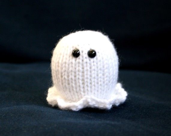 How cute is this knit Halloween ghost? I'd love to make this in glow-in-the-dark yarn.